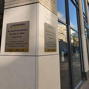 Hautcentrum Wiesbaden Eingang Praxisschild